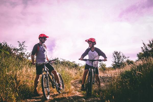 dois rapazes de bike imagem ilustrativa texto franquia bicicleta