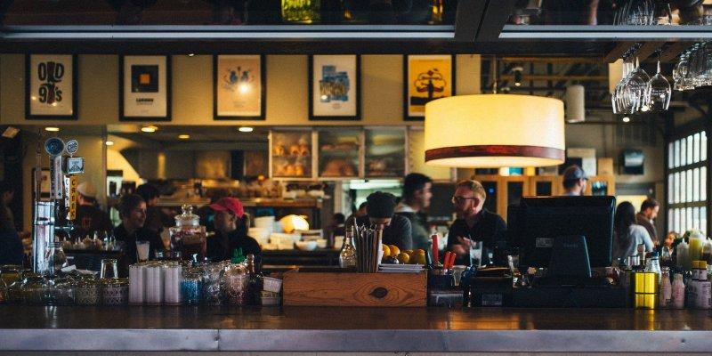 Foto da parte interna de um restaurante, com vários clientes. Imagem ilustrativa para texto Franquia Linked.
