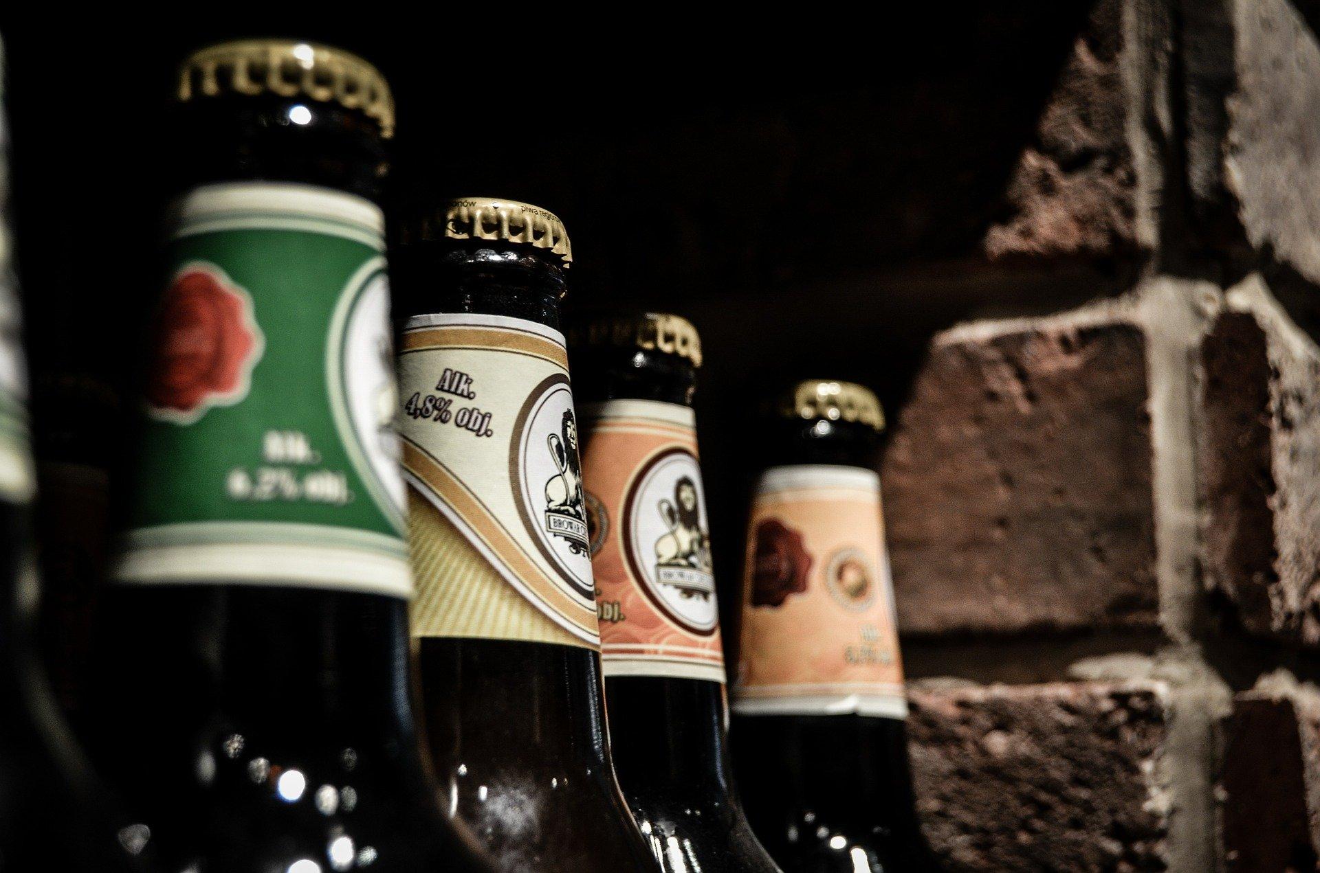 Vemos algumas garrafas de cerveja ao lado uma da outra (imagem ilustrativa).