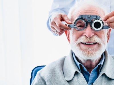 Homem fazendo teste com oftamologista. Imagem ilustrativa texto franquias médicas