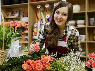 moça trabalhando com flores imagem ilustrativa quanto custa abrir franquia