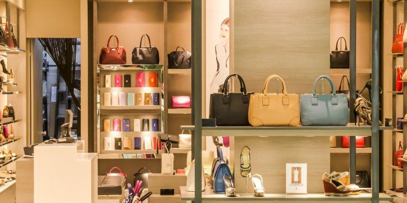 Vitrine de uma loja com bolsas e sapatos. Imagem ilustrativa para texto Franquia Arezzo.