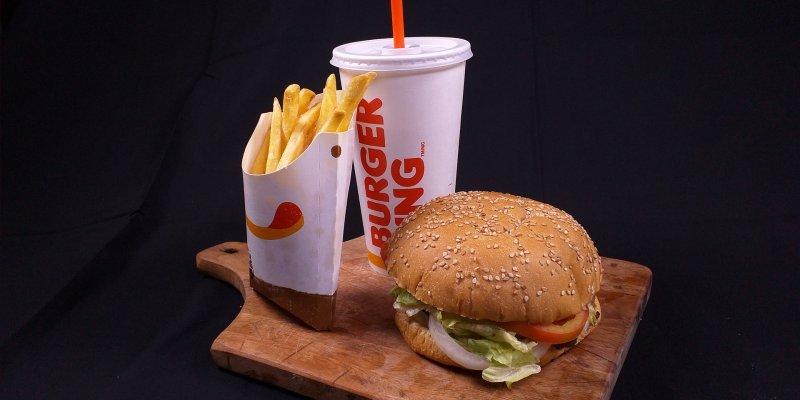 Foto de um combo do burger king com sanduíche, refrigerante e batata. Imagem ilustrativa para texto Franquia Burger King.