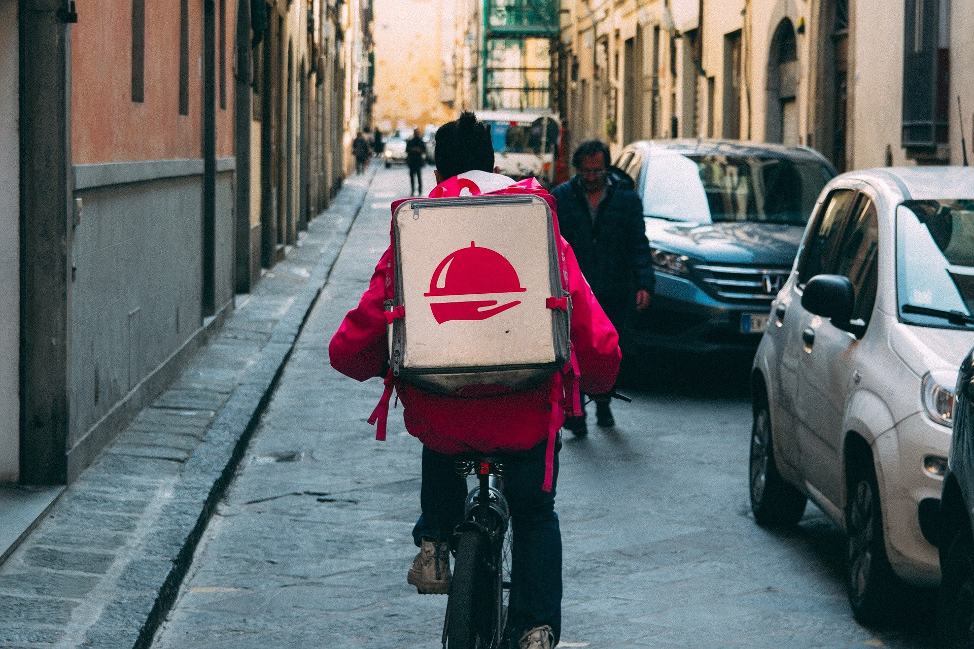 Vemos um entregador com acessório para transportar comida (imagem ilustrativa).