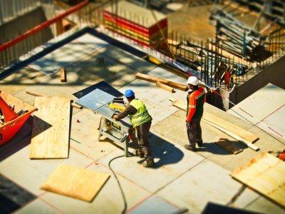 Foto de funcionário com equipamentos de proteção em uma obra. Imagem ilustrativa para texto franquia reformas.