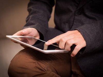 Foto de um homem usando um tablet. Imagem ilustrativa para texto franquias brasileiras.