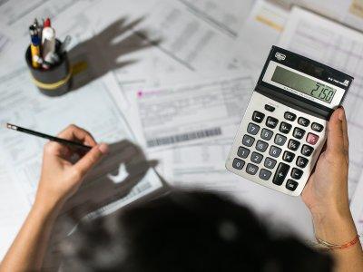 moça usando calculadora texto orçamento franquia