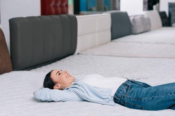 Deitada em um colchão franquia anjos colchões e sofás