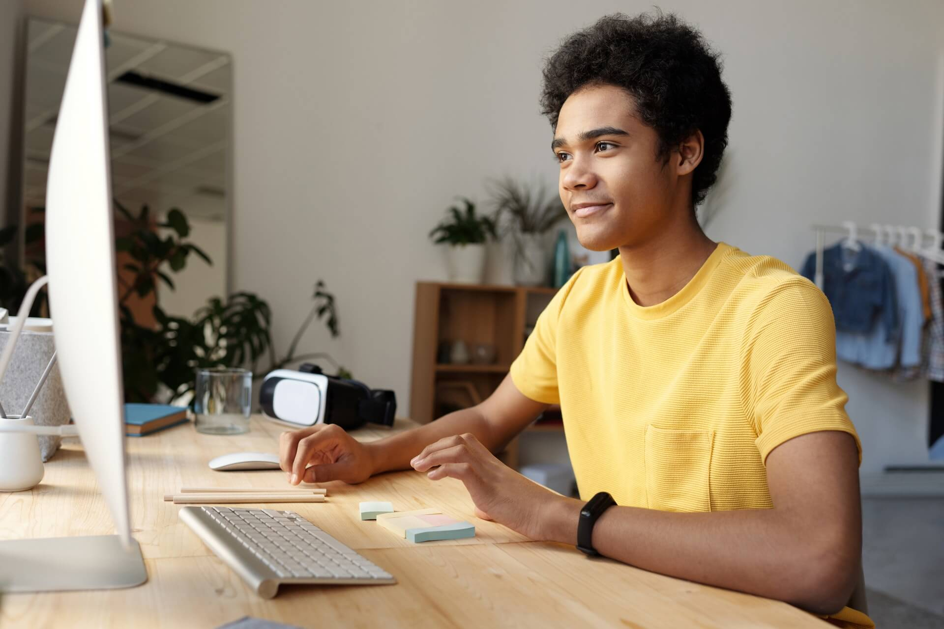 Vemos um homem olhando para a tela de um computador (imagem ilustrativa). Texto: franquia de educação qualifica cursos.