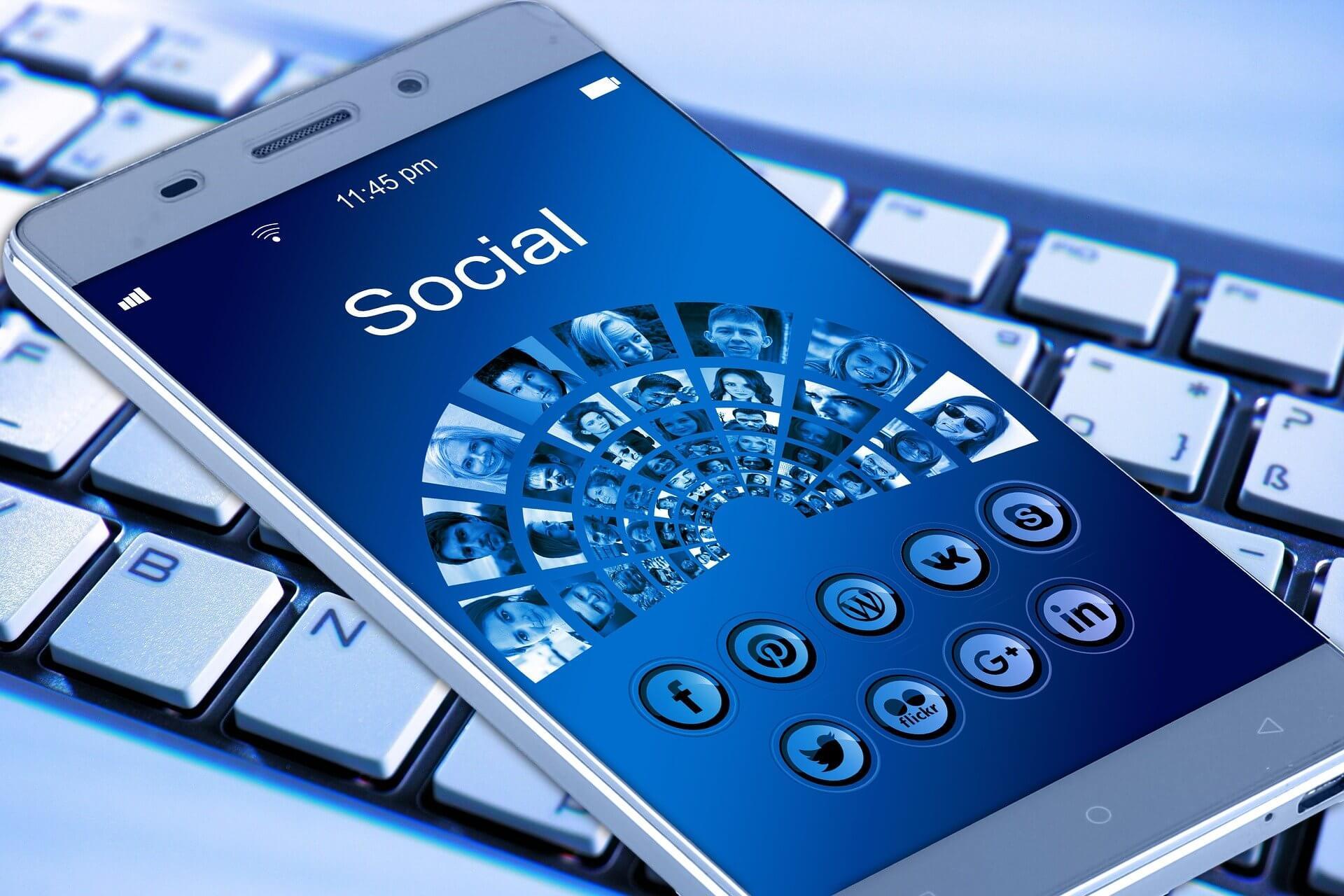 Vemos um celular com imagem de redes sociais (imagem ilustrativa).