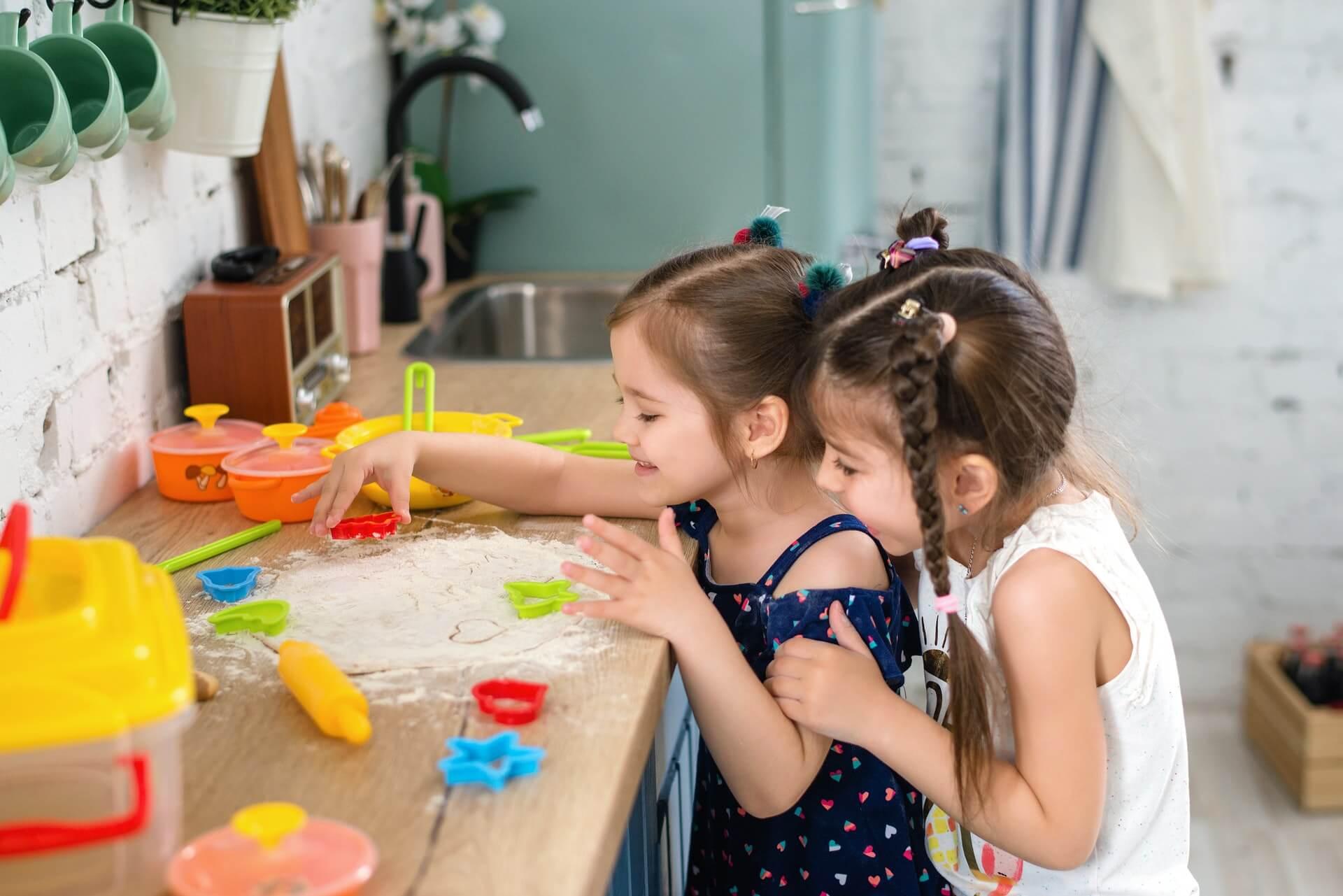 Vemos duas crianças brincando (imagem ilustrativa). Texto: franquia de recreação infantil YouPlay.