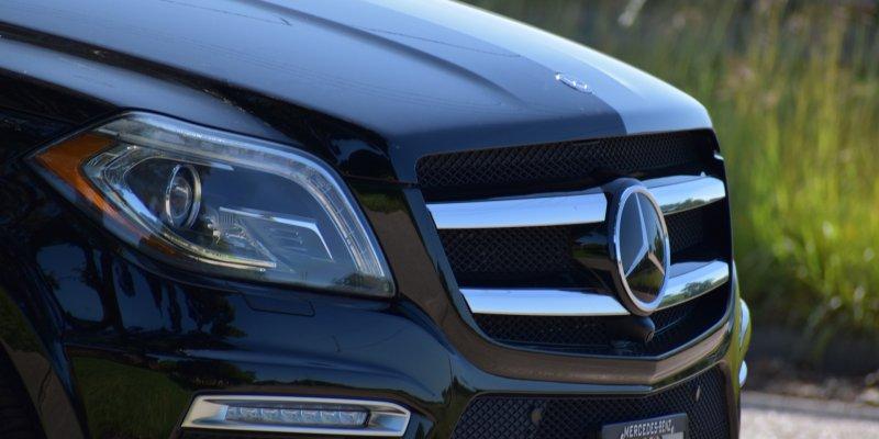 Foto da parte de um carro preto. Imagem ilustrativa para texto franquia de recuperação de crédito reduza veículos.