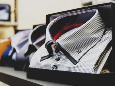 Foto de camisas dobradas em loja de roupas. Imagem ilustrativa para texto Franquia de roupa masculina casa prado.