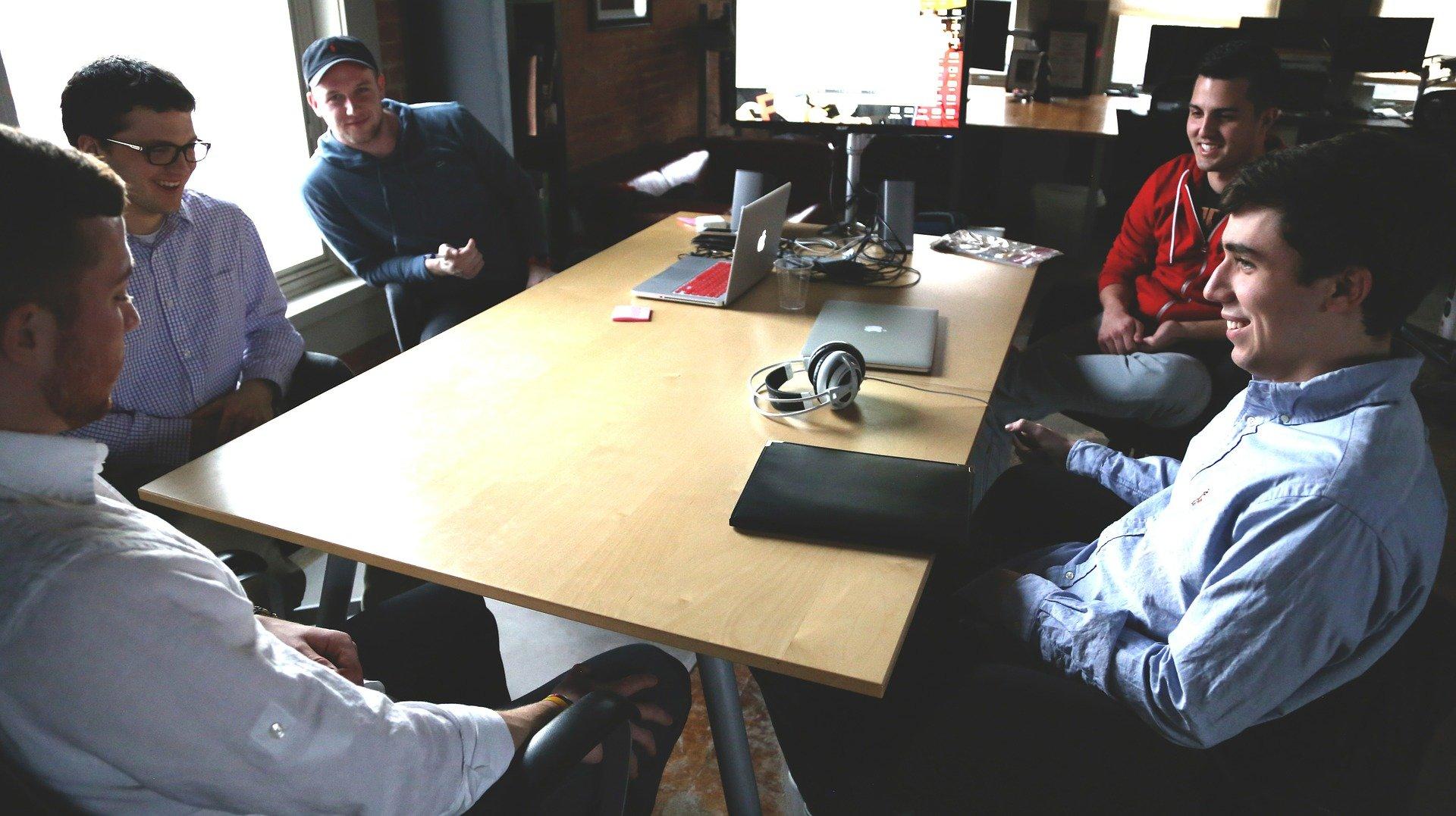 Vemos homens em uma sala de reunião (imagem ilustrativa).