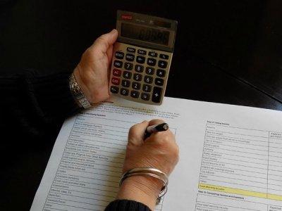 pessoa fazendo cálculos imagem ilustrativa gerir finanças para abrir franquia