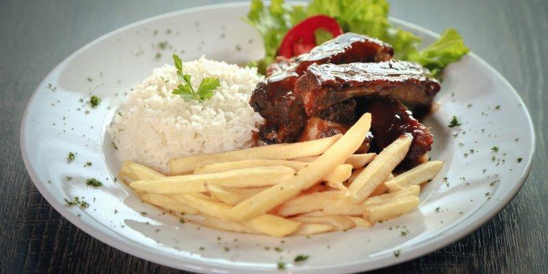 prato com bife, arroz e salada ilustrativa franquia de alimentação Griletto