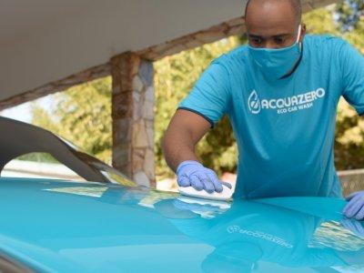 Foto de funcionário Acquazero limpando carro. Imagem ilustrativa para texto franquia de estética automotiva.