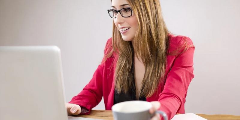 moça usando notebook imagem ilustrativa mazze franquia virtual
